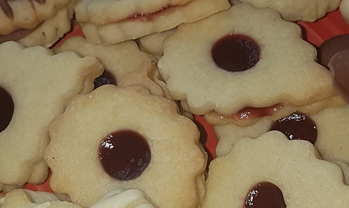 Linzer cookies - easy cookies to make with kids